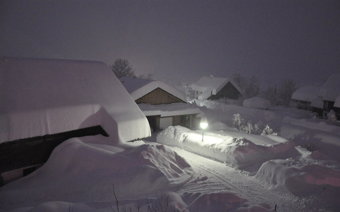 Austria - In Carinthia fell in some parts of the night on Friday up to 120 inches of new snow in Tyrol, there were about 70 centimeters. avalanches dissolve, schools remain closed and traffic is severely impaired. Also on Saturday , the situation remains.   1-31-2014