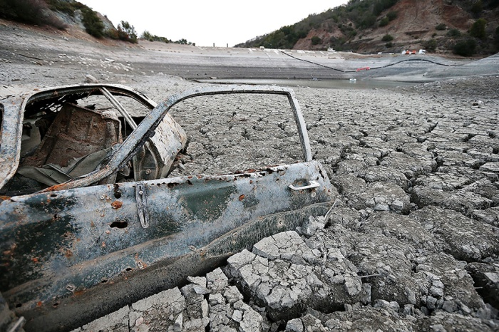 A car sits in what used to be the bottom of the Almaden Reservoir on January 28, 2014 in San Jose, CA.