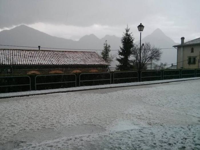 4-11-2014: Lots of accumulated hail resulted from storms in Vilada (Berguedà) at around 15:00 today. Source: MeteoLaPau via twitter @MeteoLaPau