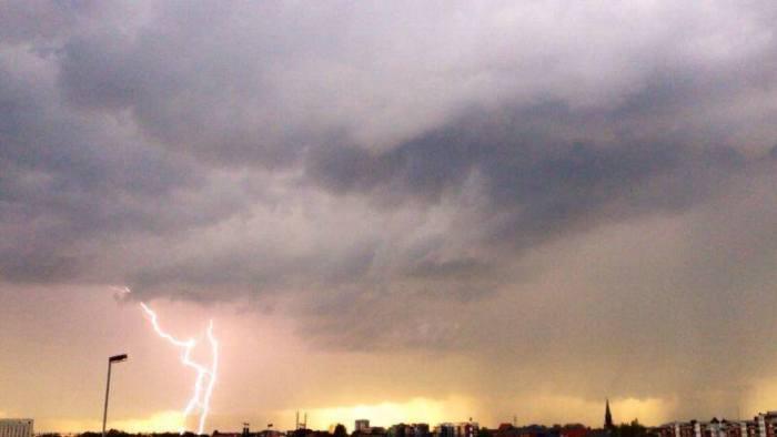 4-21-2014:  lightning near Wilhelmshaven, Germany this evening! Source: METEO SIEGERLAND