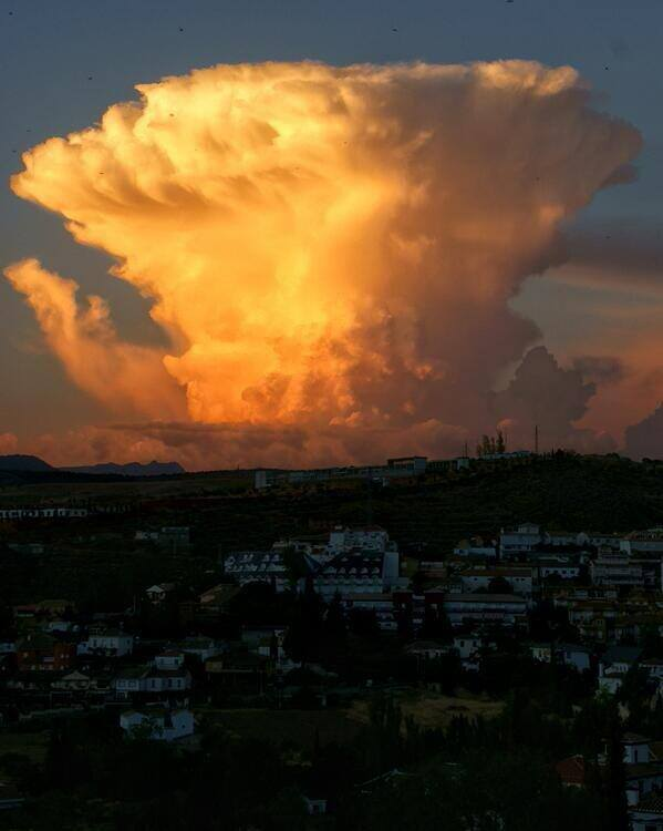 4-19-2014: Evening sunlit thunderstorm over Granada, Spain this evening. Source: controladores Controladores Aéreos @ twitter