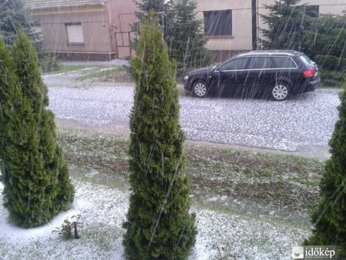 4-20-2014: Heavy thunderstorm with hail in Nagylózs, Hungary. Source: Időkép