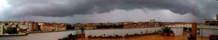 4-27-2014: sheld cloud over Livorno (Tuscany, Italy) this morning at 10h local (CEST) from a thunderstorm coming onshore.  Photo: Vanda Pampana via. Lorenzo Catania