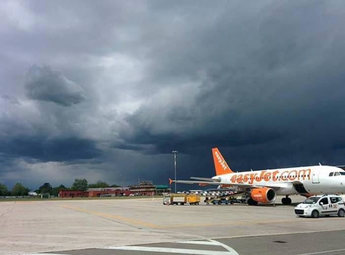 4-15-2014: A high based thunderstorm approaching Bologna airport, Italy this afternoon.  Source: Guido Cioni