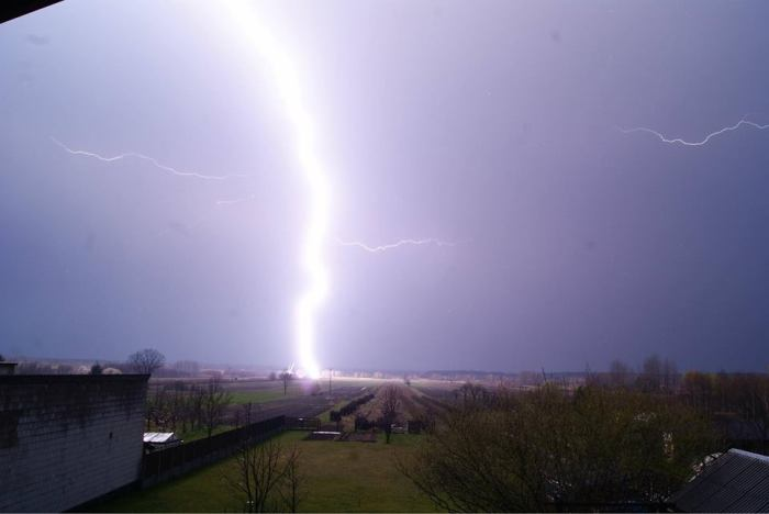 4-3-2014: An incredible close lightning strike near Biłgoraj, SE Poland this evening. Thanks to Artur Surowiecki for sending up this report! Source: Polscy Łowcy Burz