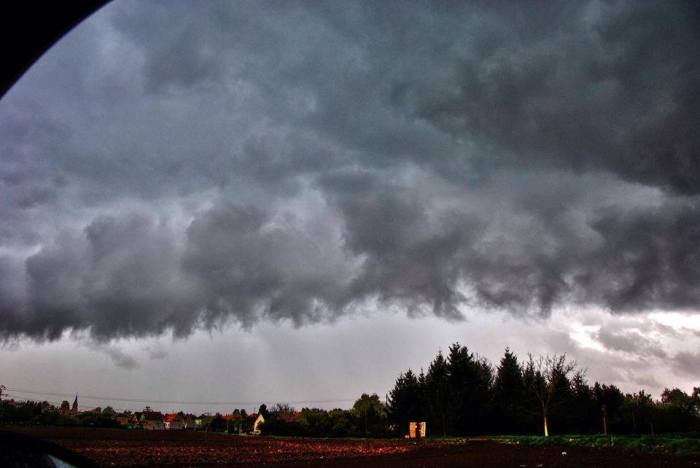 4-18-2014: shelf cloud near Strasbourg, France this afternoon.  Source: Lucas Adler