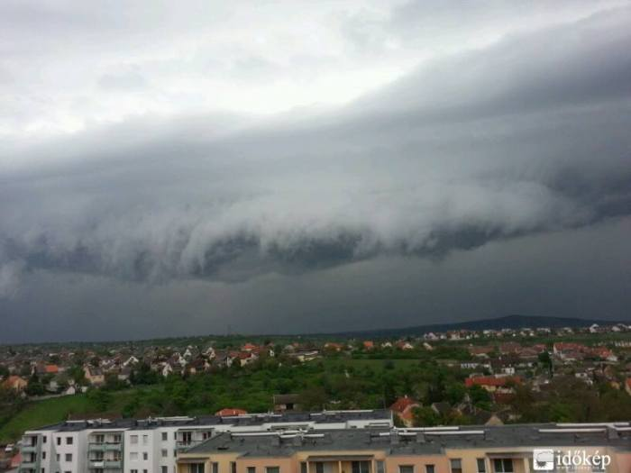 4-19-2014: shelf cloud in Hungary. Source: Időkép