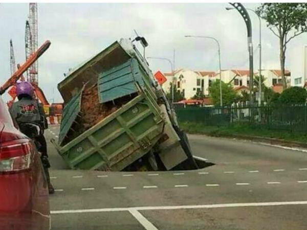Photo of lorry caught in a sinkhole along Upper Changi Road East was uploaded onto Twitter at 11.22am on 24 April 2014 (Photo: Twitter / Zadkiddo)
