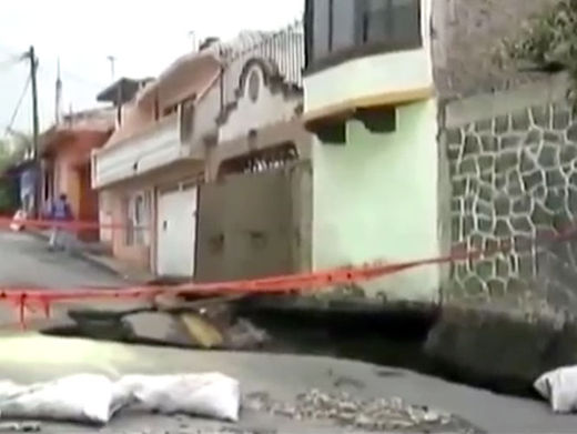 5-23-2014: Mexico City - A sinkhole which originated on the corner of Águila Blanquinegra and James Watt, Perimeter Village San Simon Culhuacán, forced the the Iztapalapa authorities to evict at least 20 families.
