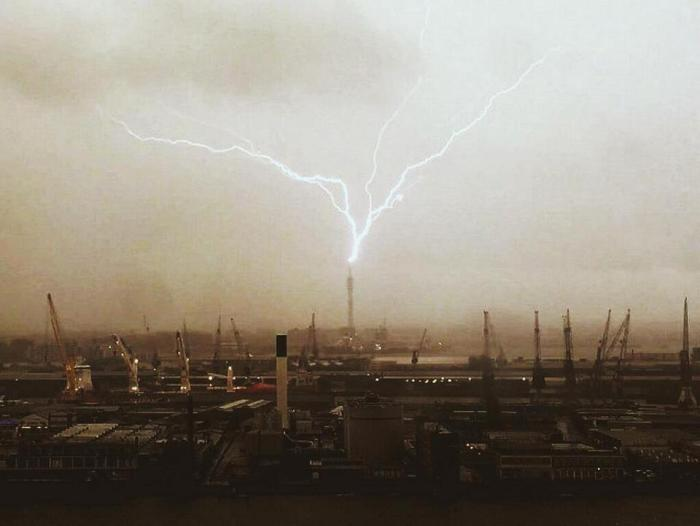 5-9-2014: Lightning in Rotterdam, the Netherlands. Source: Jacco van Giessen