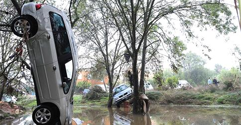 10-6-2014: 12 inches of rain hits southern France on Monday, washing away cars and causing damage to neighborhoods in Grabels.