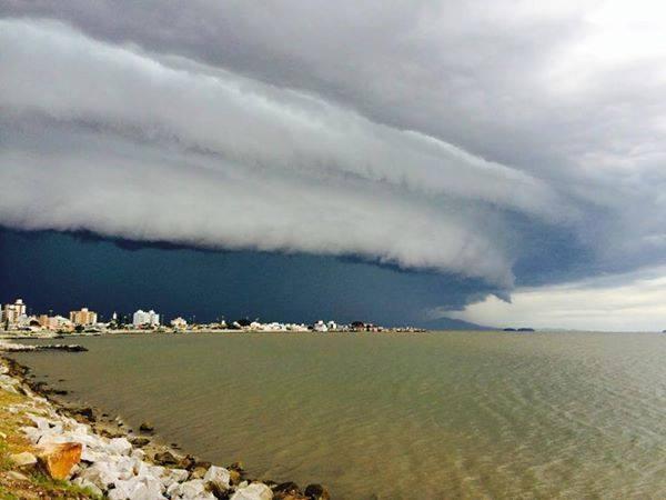1-17-2015: Shelf cloud fotografada ontem em Florianópolis, Santa Catarina, Brasil Foto: André Gavazin C.K. Source : Super-Célula